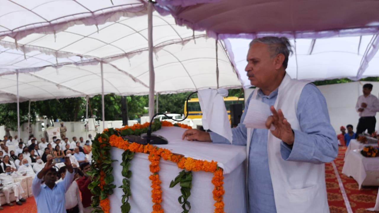 रेवाड़ी में कार्यक्रम को संबोधित करते राव इंद्रजीत सिंह। - Dainik Bhaskar