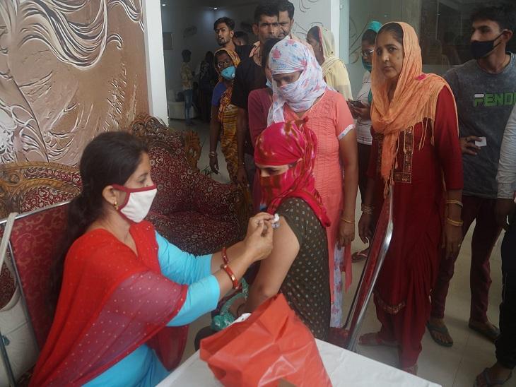 अग्रसेन भवन हिसार में वैक्सीन लगवाती एक महिला।