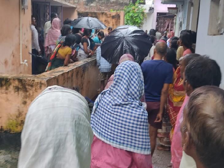खेत में लगी सब्जी की फसल को तोड़ने गए थे, तभी हाईटेंशन तार की चपेट में आए; पहले पति ने फिर पत्नी ने तोड़ा दम|बिहार,Bihar - Dainik Bhaskar