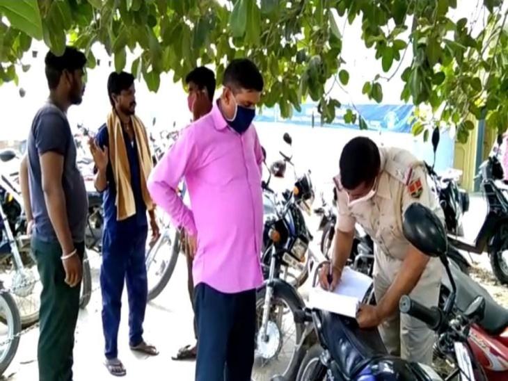 अस्पताल की मोर्चरी के बाहर कागजी कार्रवाई करती पुलिस। - Dainik Bhaskar