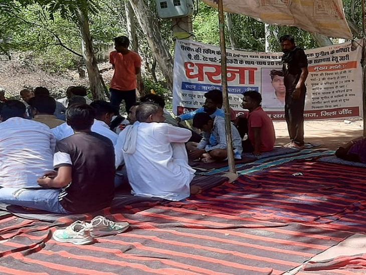 मिनी सचिवालय के बाहर टेंट लगाकर धरने पर बैठे लोग। - Dainik Bhaskar