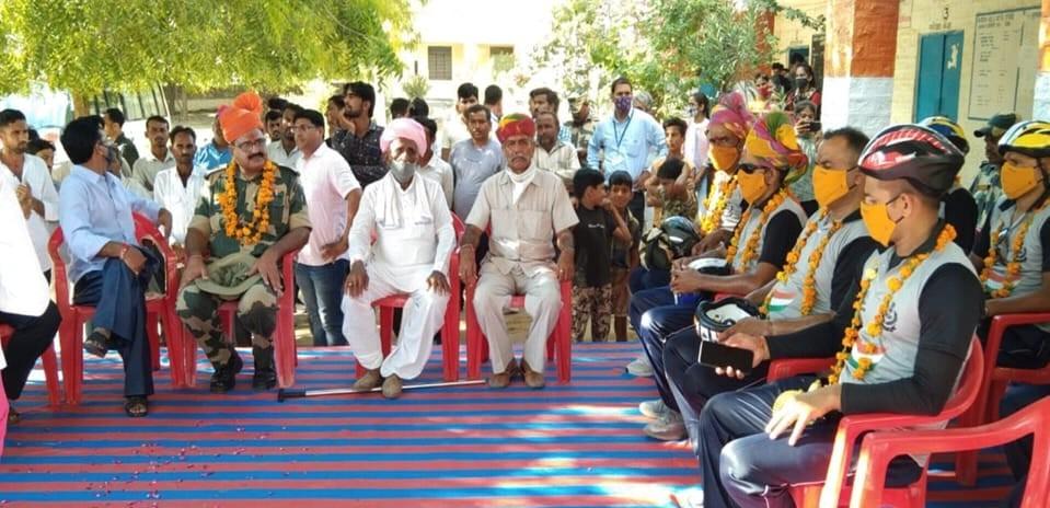 ग्रामीणों ने BSF के साइकिल दल का किया स्वागत।