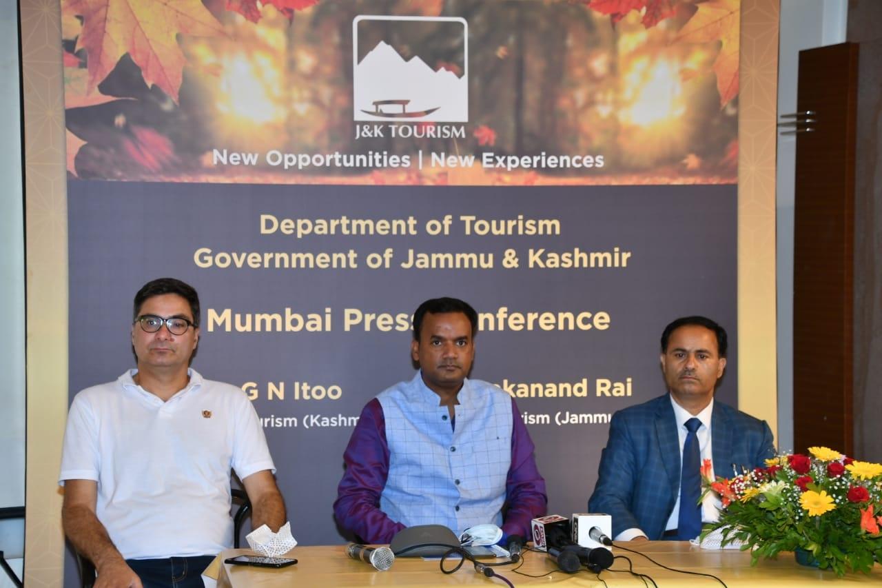 बुधवार को जम्मू और कश्मीर टूरिजम के अधिकारी मुंबई पहुंचे और लोगों को कश्मीर आने के न्यौता दिया। - Dainik Bhaskar