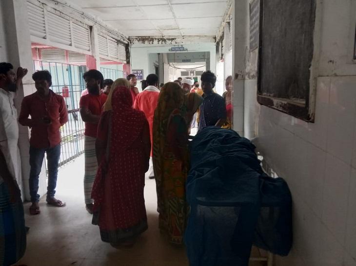 राजकीय मेडिकल कॉलेज अस्पताल में पीड़ित परिवार। - Dainik Bhaskar
