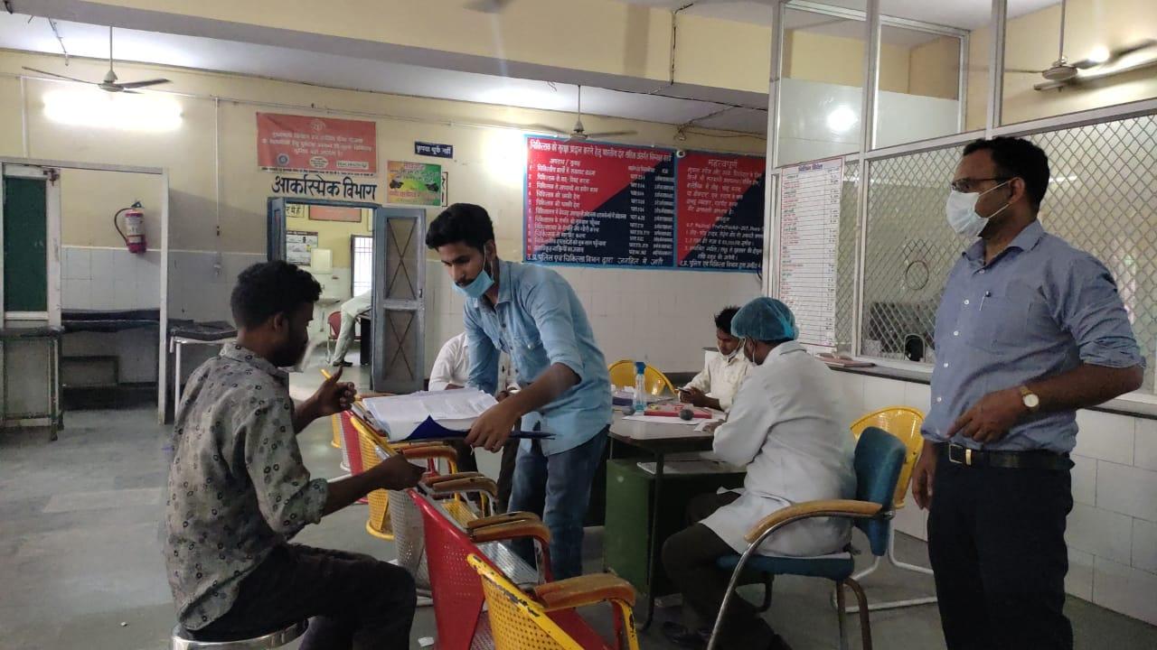 जिला अस्पताल में मेडिकल परीक्षण कराता घायल - Dainik Bhaskar