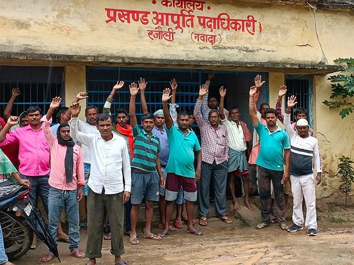 अंधरवारी गांव से दर्जनों की संख्या में पहुंचे लाभुकों ने एसडीओ मुर्दाबाद-एमओ मुर्दाबाद के नारे लगाए। - Dainik Bhaskar