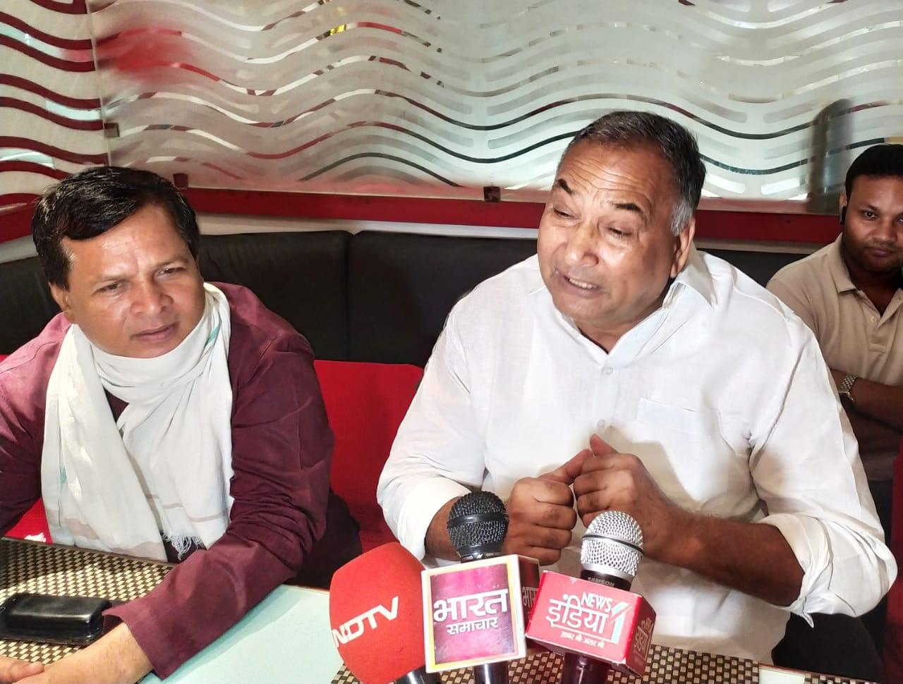प्रेसवार्ता में जानकारी देते पूर्व सांसद चौ. बिजेंद्र सिंह - Dainik Bhaskar