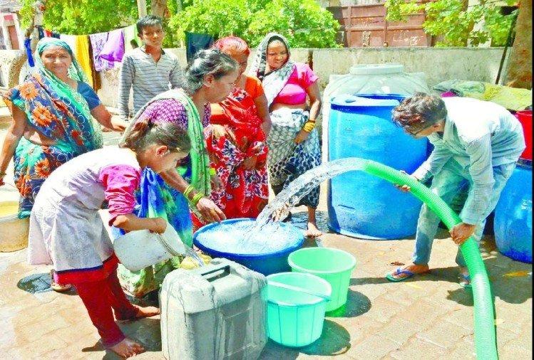 बुधवार को भी पूरे दिन पानी के लिए परेशान रहा आधा शहर, अब कल सुबह ही मिलेगा पानी, मंगलवार शाम सिकंदरा वाटर वर्क्स में गुल हुई थी बिजली आगरा,Agra - Dainik Bhaskar