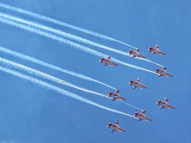 आसमान में शानदार एयर शो का नजारा; रिहर्सल कर रही एयरफोर्स की सूर्यकिरण टीम, चंडीगढ़ व कश्मीर में भी दिखाएंगे करतब जालंधर,Jalandhar - Dainik Bhaskar