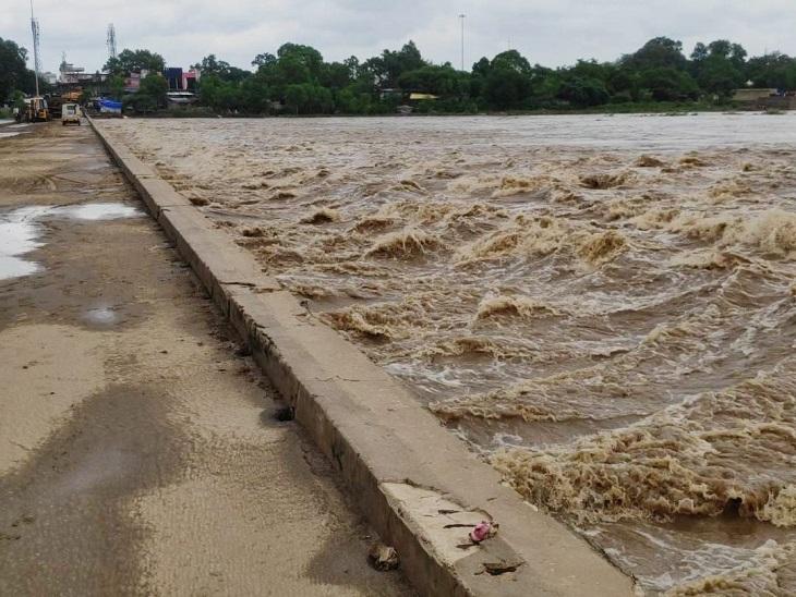 जल स्तर घटने के बाद भी तेज गति के साथ बह है पानी।