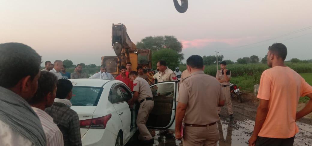 सामने से आ रहे तेज रफ्तार वाहन से बचने के चक्कर में हादसा, पिछली सीट पर बैठे 2 युवकों को लोगों ने शीशे तोड़कर निकाला|रोहतक,Rohtak - Dainik Bhaskar