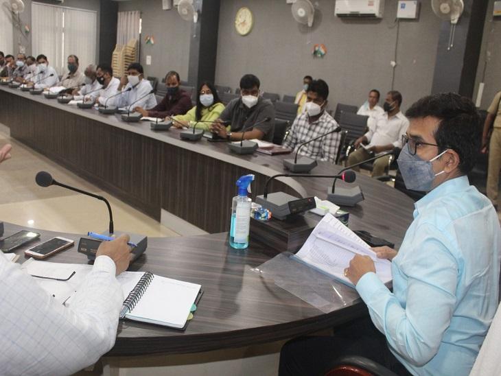 DM राजेश कुमार ने नगर पालिका के अधिकारियों के साथ की बैठक, जल निकासी के दिए निर्देश, बोले- नाले और नालियों की सफाई सुनिश्चित की जाएं|आजमगढ़,Azamgarh - Dainik Bhaskar