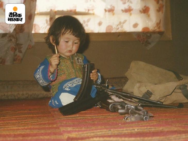 अफगानिस्तान के गजनी प्रांत के जोगरी इलाके में रहने के दौरान AK47 राइफल, उसकी मैगजीन और उसके कारतूस से खेलती हुमैरा रजाई।