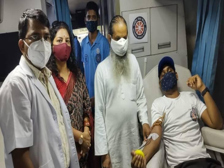 वाराणसी में डेंगू और बुखार में बढ़ती मांग पर NSS के 37 बच्चों ने BHU ब्लड बैंक को दिया खून, इंचार्ज ने कहा आप दे रहे हैं जीवनदान|वाराणसी,Varanasi - Dainik Bhaskar