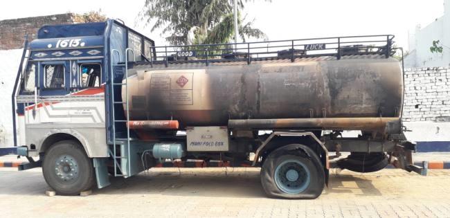 टैंकर, जिसमें टिफिन बम्ब लगा ब्लास्ट किया गया। - Dainik Bhaskar