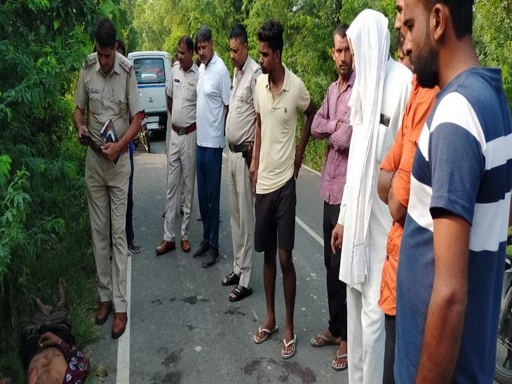 समचाना रोड पर पड़े मिले शव के पास जांच करते सांपला थाना प्रभारी इंस्पेक्टर राजेंद्र सिंह व साथ में खड़े ग्रामीण।