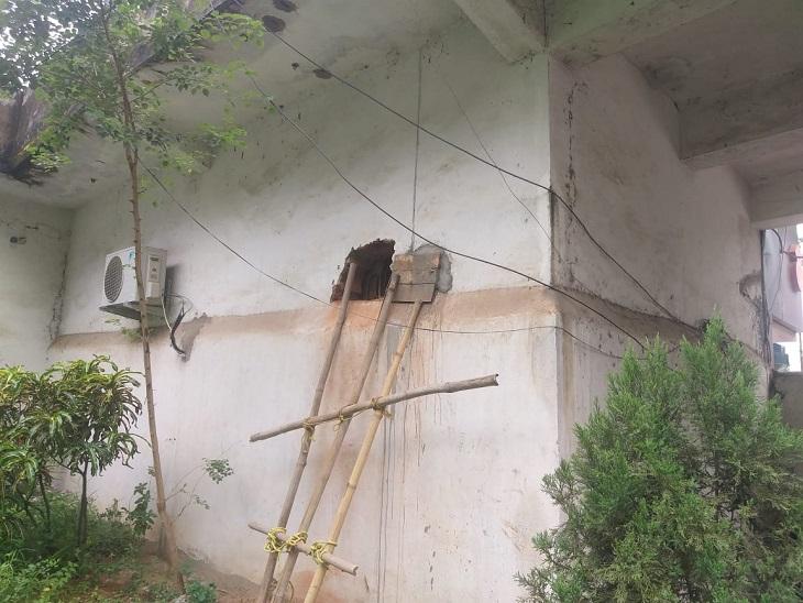 दुकान की दीवार को ओर से 7 की ऊंचाई तक RCC से ढल गया है।  ढँढुढ़े  टीवी के कारण ने 7 प्रेफ़्फ़िक्स से दीवार काटी।