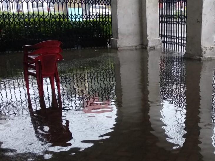 भारी बारिश के चलते सरकारी दफ्तरों में भी पानी भर गया है।