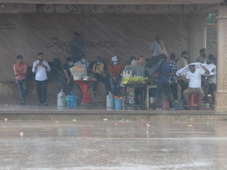 फोटो वाराणसी की है। यहां पिछले दो दिन से लगातार बारिश हो रही है।