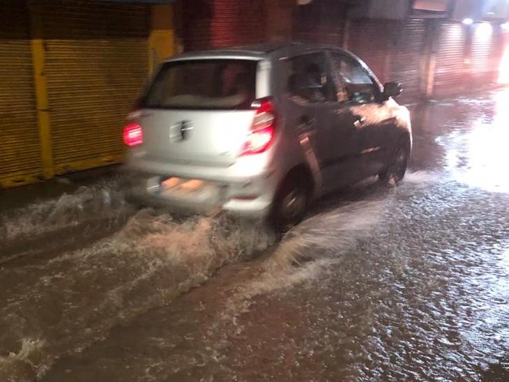 बारिश के चलते गलियों में पानी भर गया है।
