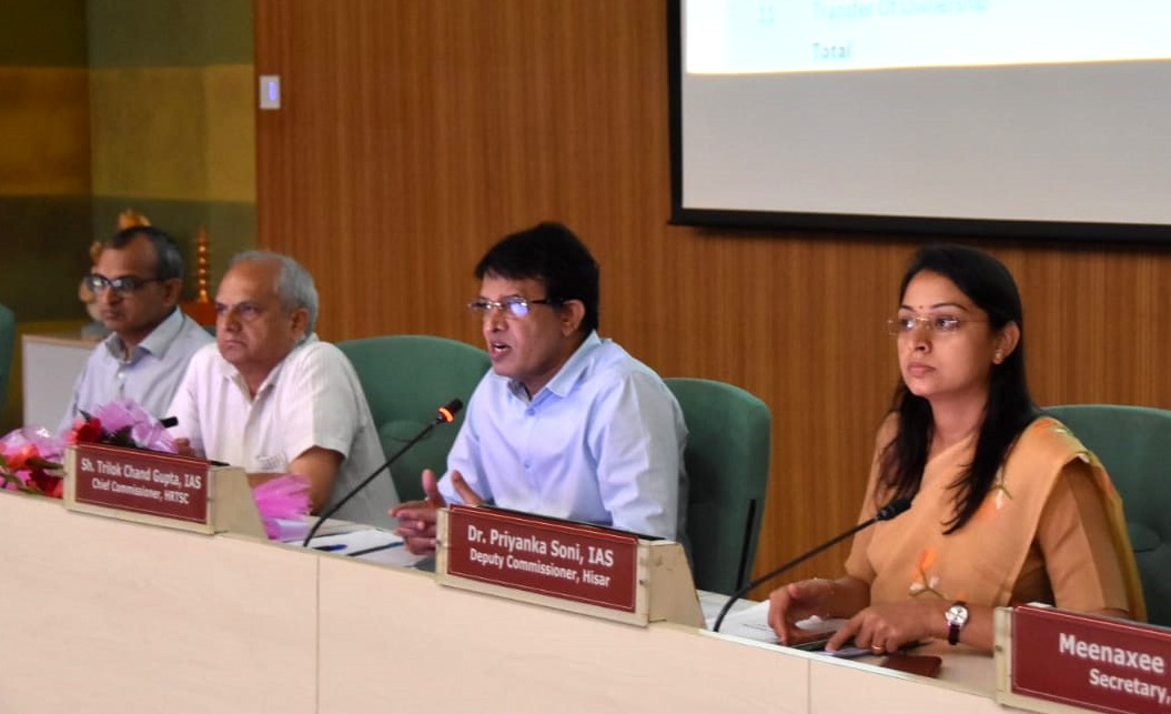 हिसार में वीरवार को आयोजित मीटिंग में मौजूद सेवा का अधिकार आयोग के मुख्य आयुक्त टीसी गुप्ता, आयुक्त चंद्रशेखर, डीसी डॉ. प्रियंका सोनी और निगमायुक्त अशोक गर्ग।