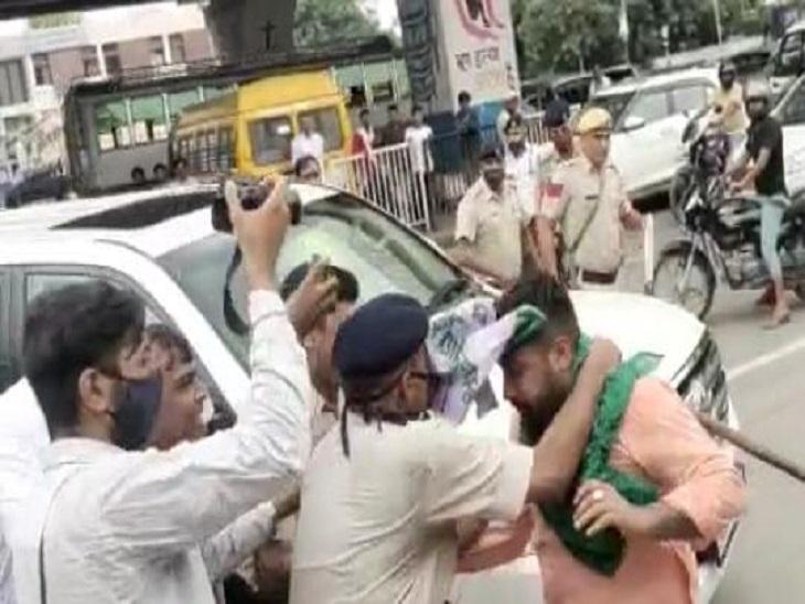 अजय चौटाला को भाकियू वर्करों ने दिखाए काले झंडे; कार के आगे लेटने का भी प्रयास, पुलिस ने मशक्कत करके निकाला|पानीपत,Panipat - Dainik Bhaskar