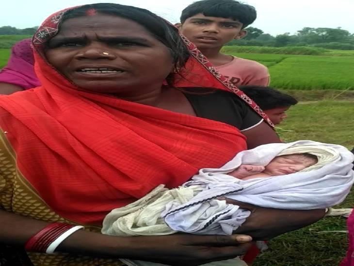 प्राथमिक स्वास्थ्य केन्द्र में कराया गया नवजात का इलाज, गांव में कई लोग चाहते हैं बच्चे को गोद लेना गाजीपुर,Ghazipur - Dainik Bhaskar