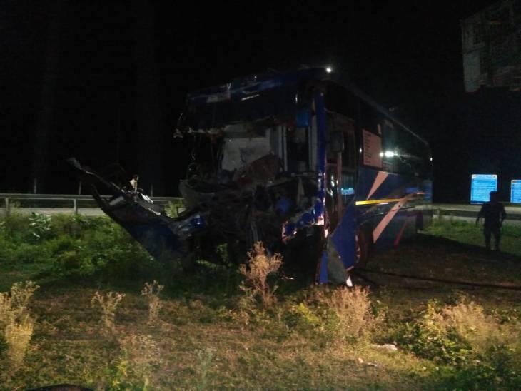 65 सवारियों से भरी तेज रफ्तार बस ने ट्रक को पीछे से मारी टक्कर; 2 की मौत, 16 गंभीर|इटावा,Etawah - Dainik Bhaskar