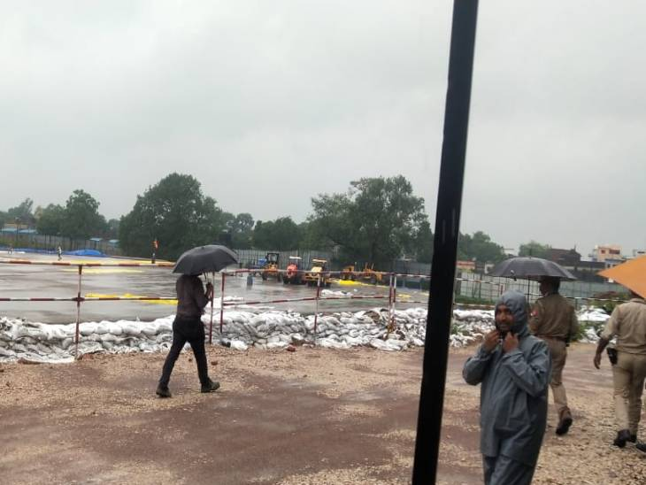 महासचिव चंपतराय ने कहा कि रडार सर्वे के जरिए मंदिर निर्माण स्थल पर गहराई तक मलबा भरे होने के संकेत मिले थे। इसके बाद इस स्थल की खुदाई कर मिट्टी हटाने के बाद मंदिर निर्माण स्थल पर 400 फीट लंबे और 300 फीट चौड़े भूखंड पर जनवरी 2021 से राम मंदिर की नींव निर्माण का काम चल रहा है।
