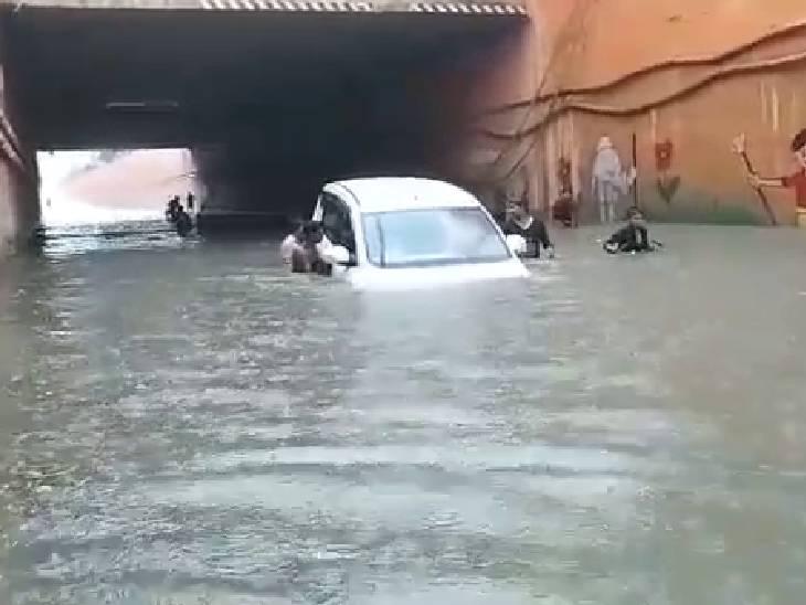 मैनपुरी अंडरपास में गहरे पानी में कार फंस कर बन्द हो गयीं। आस पास मौजूद लोगों की मदद से कार को बाहर निकाला गया।