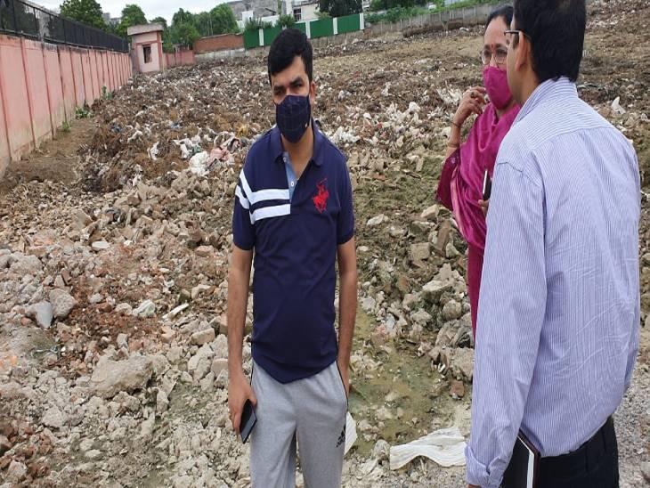 सीतापुर रोड नवीन गल्ला मंडी की ओर से फैलाया जा रहा कूड़ा - Dainik Bhaskar