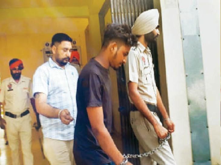 रुबल सिंह को लेकर जाती पंजाब पुलिस की टीम। - Dainik Bhaskar