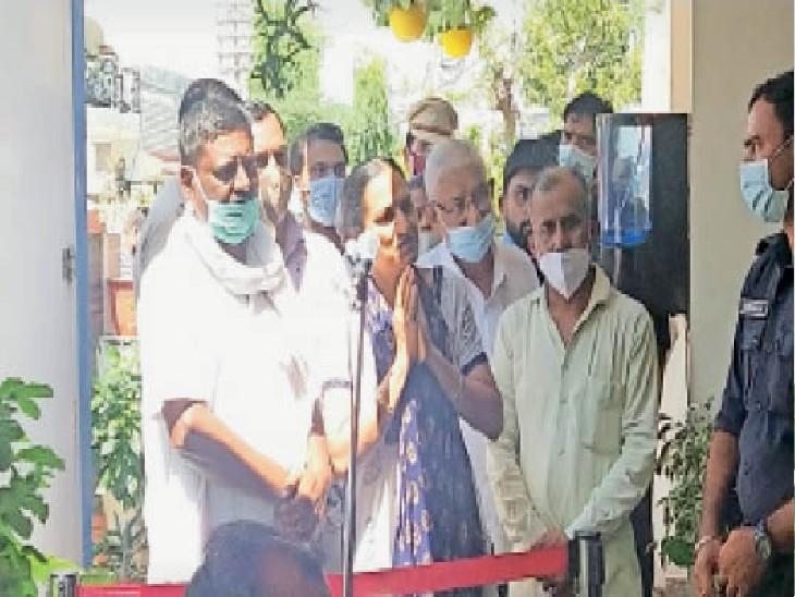 गृहमंत्री के सामने हाथ जोड़कर कार्रवाई की मांग करते साहिल के परिजन। - Dainik Bhaskar