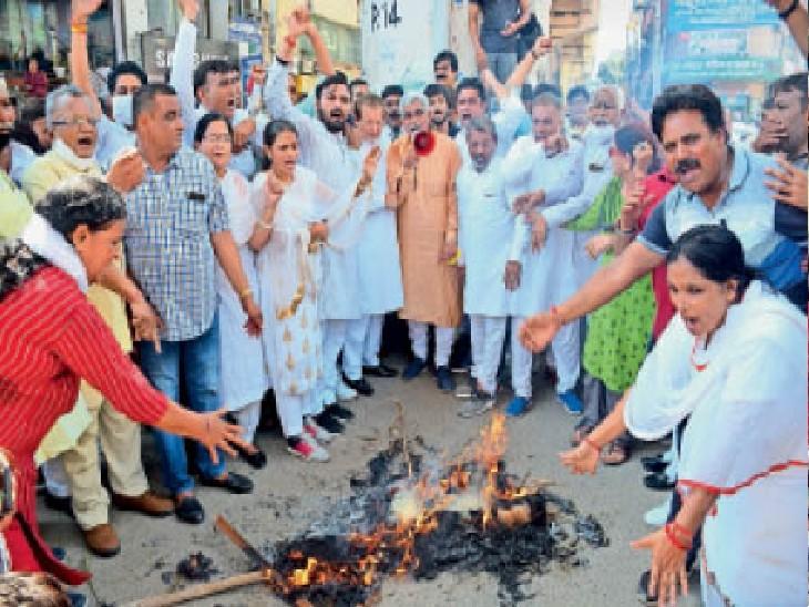 भाजयुमो व किमो राहुल गांधी और पंजाब के सीएम का पुतला फूंककर जताते। - Dainik Bhaskar
