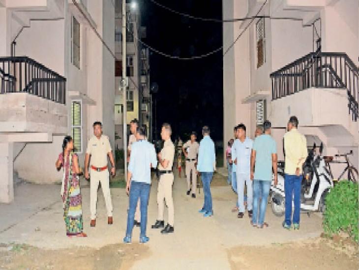 राेहतक.सेक्टर चार में बने हुए बीपीएल के प्लाॅटाें में सदिंग्ध युवकाें की जांच करती पुलिस। - Dainik Bhaskar