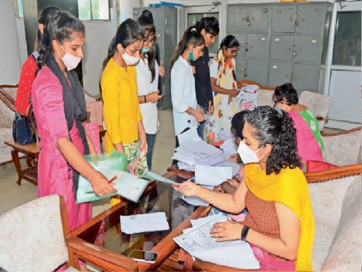 राजकीय महिला महाविद्यालय में दाखिले के लिए अपने दस्तावेज चैक करवाते हुईं छात्राएं। - Dainik Bhaskar