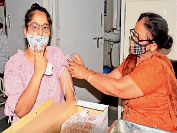 सिविल अस्पताल में टीका लगाते हुए खुशी जाहिर करती युवती। - Dainik Bhaskar