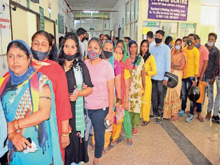 पानीपत. वैक्सीन लगवाने के लिए सिविल अस्पताल में लगी भीड़। - Dainik Bhaskar