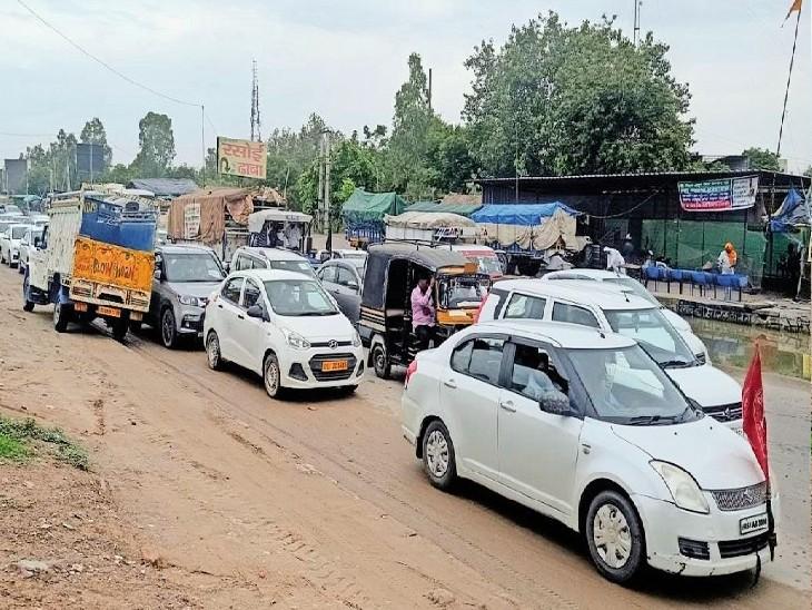 राई| किसान आंदोलन के कारण हाईवे बंद होने से कच्चे-पक्के मार्गाें से गुजरते वाहन चालक। - Dainik Bhaskar