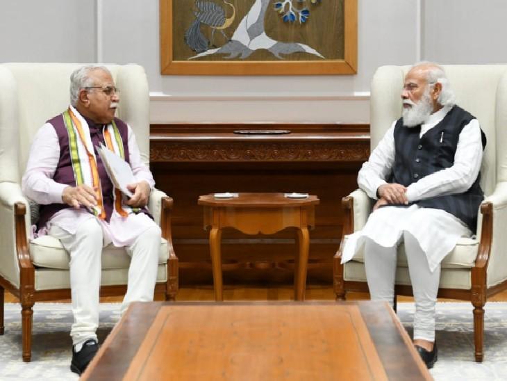 नई दिल्ली में प्रधानमंत्री नरेंद्र मोदी के साथ बात करते हरियाणा के मुख्यमंत्री मनोहर लाल। - Dainik Bhaskar