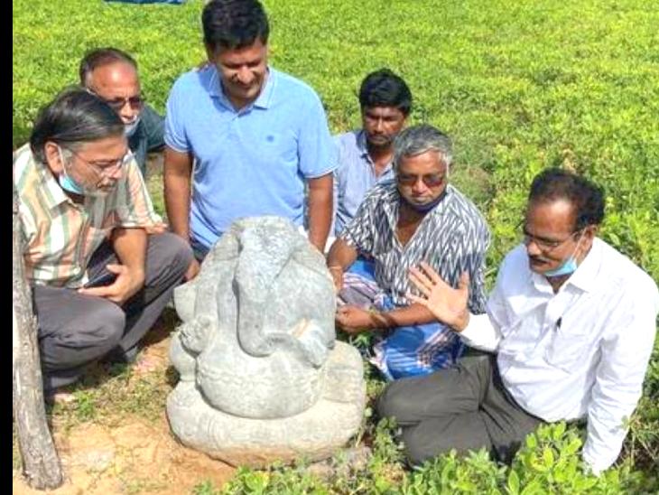 गणेश चतुर्थी के दिन खेत में मिली गणेश प्रतिमा, हाथ में कमल और मोदक लिए हुए हैं भगवान गजानन|देश,National - Dainik Bhaskar