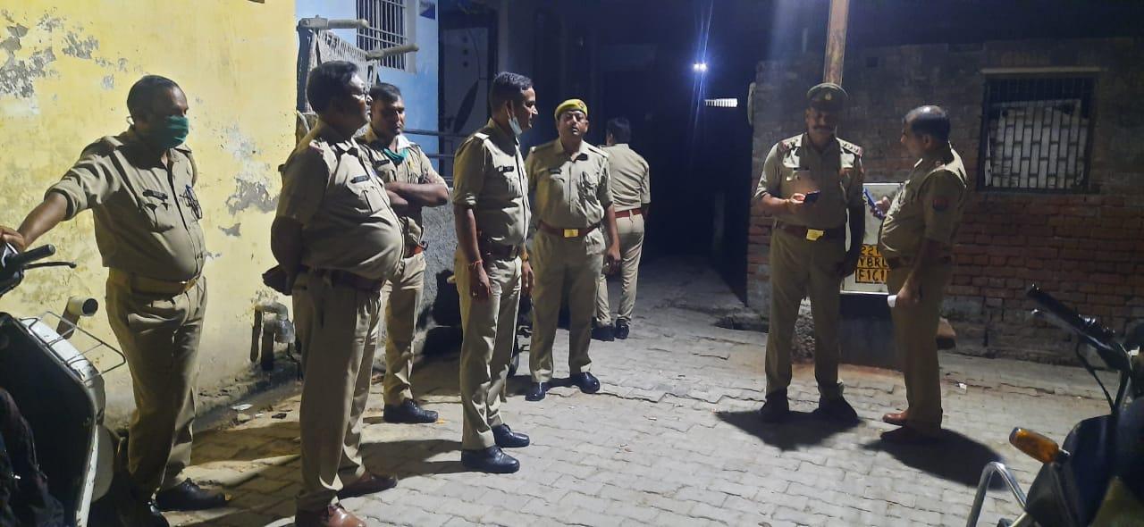 मिश्रित आबादी वाले नगला फतूरी में पथराव से अफरा तफरी की स्थिति बन गई। - Dainik Bhaskar