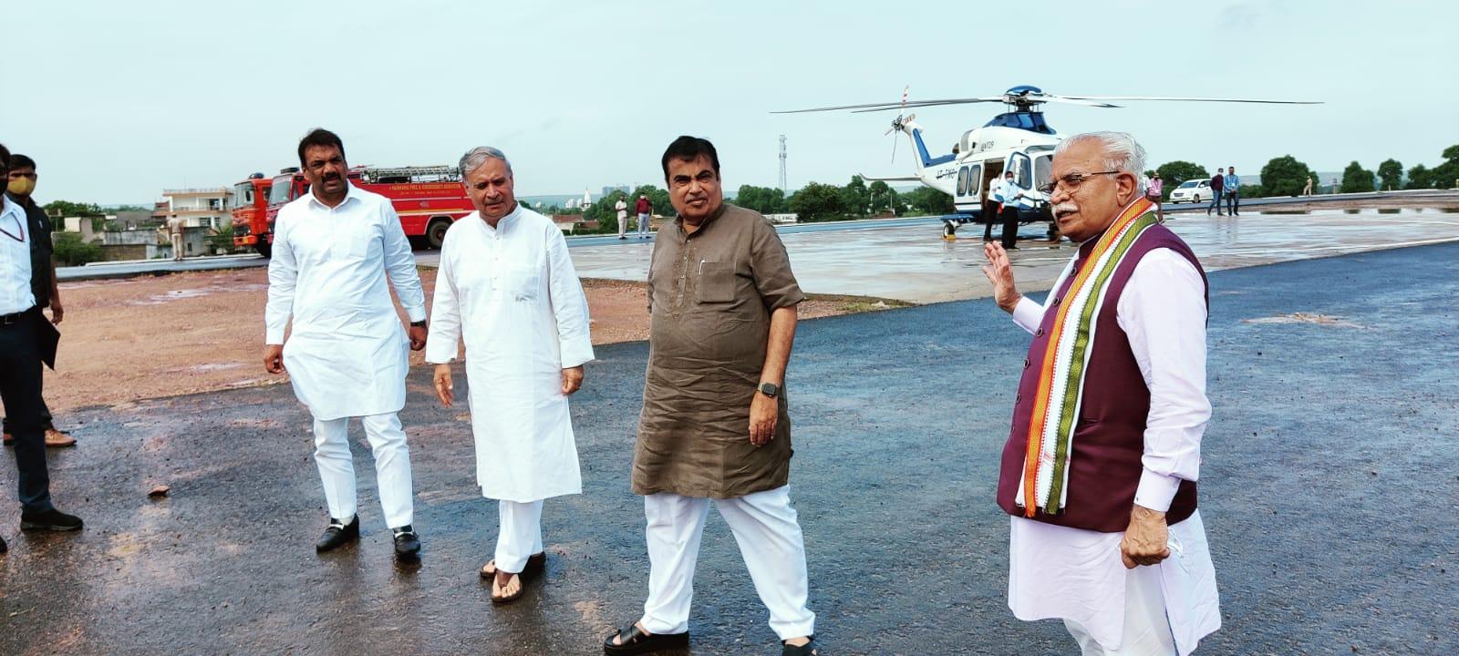 गुरुग्राम में एक्सप्रेस-वे का निरीक्षण करने के दौरान हरियाणा के सीएम मनोहर लाल से बात करते केन्द्रीय मंत्री नितिन गडकरी।