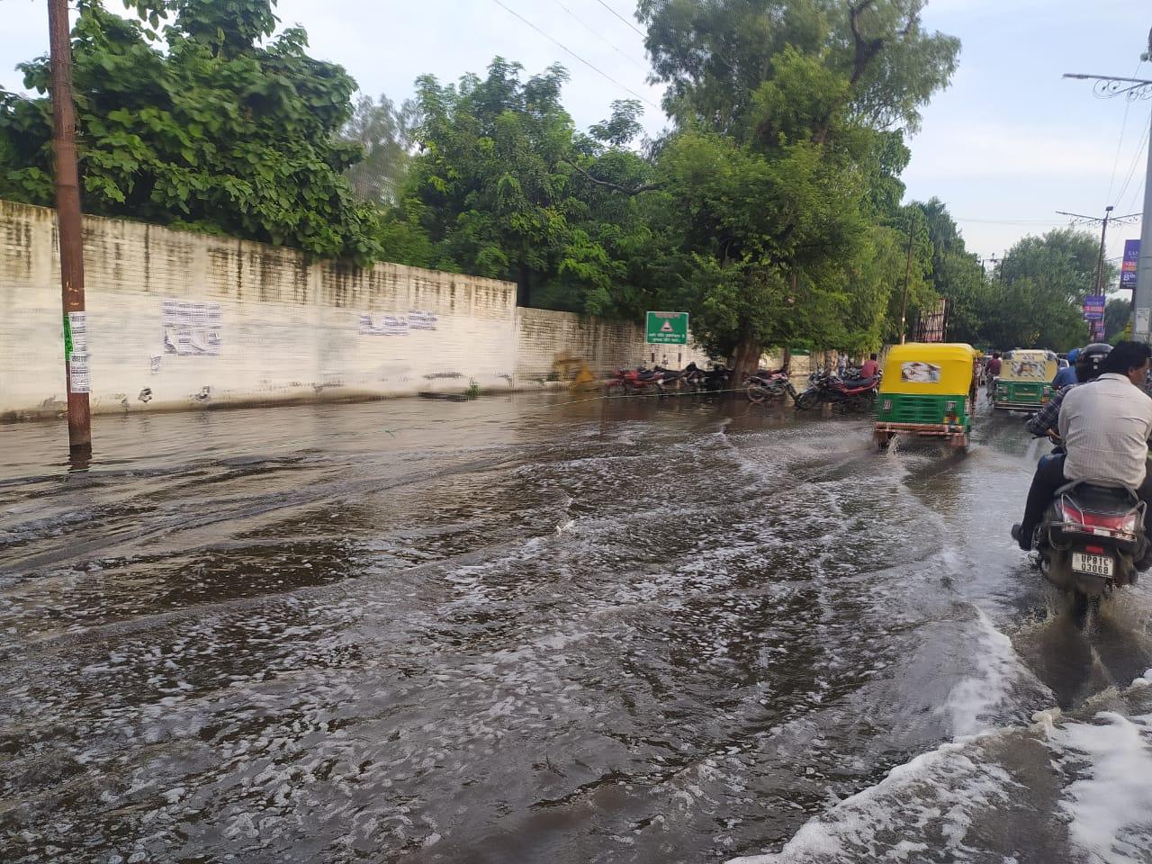 बीते कई दिनों से उमस भरी गर्मी से परेशान थे शहरवासी, मिली राहत, कई स्थानों पर हुआ जलभराव अलीगढ़,Aligarh - Dainik Bhaskar