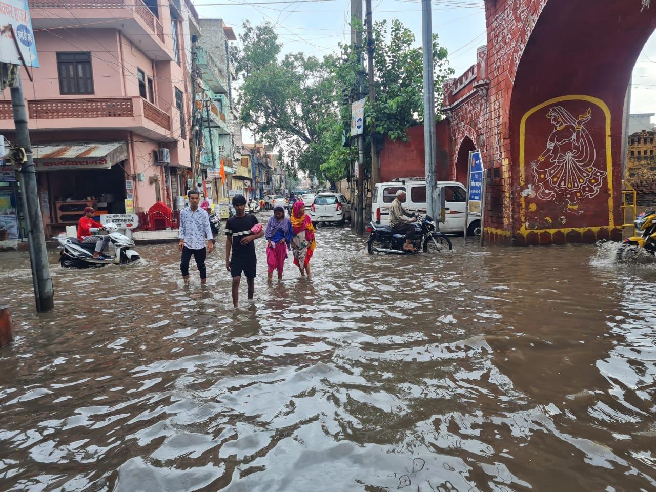 रेवाड़ी की सड़कों पर भरा बरसाती पानी।