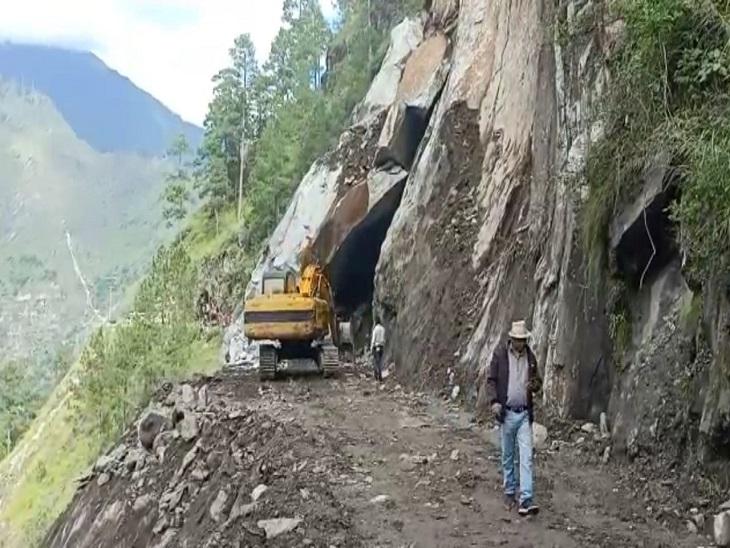 बारिश की वजह से NH-205 का एक हिस्सा टूटा, 3 और 5 भी पूरी तरह से बंद; सेब और मटर से लदे ट्रक फंसे|शिमला,Shimla - Dainik Bhaskar
