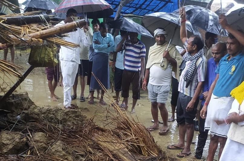मूसलधार बारिश से मिट्टी की दीवार गिरी, पिता -पुत्र की मलबे में दबकर मौत, छप्पर गिरने से किशोरी ने भी तोड़ा दम|अयोध्या,Ayodhya - Dainik Bhaskar