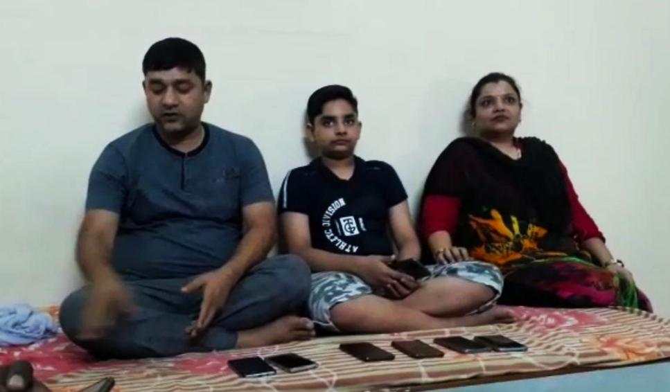 अलीगढ़ के जट्टारी में सामने आया अजीबो गरीब मामला, बच्चे के घर मोबाइल लेकर लग रही लोगों की भीड़ अलीगढ़,Aligarh - Dainik Bhaskar
