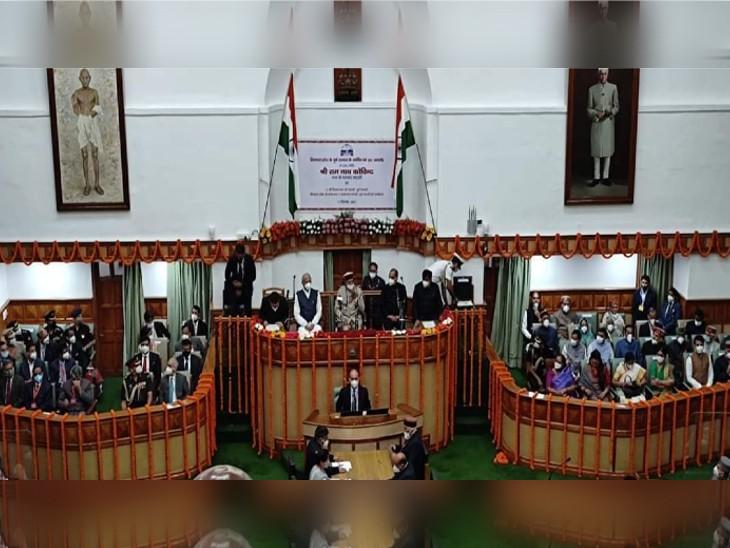 हिमाचल प्रदेश के विधानसभा भवन में सदन में उपस्थित राष्ट्रपति रामनाथ कोविंद और राज्यपाल, मुख्यमंत्री समेत अन्य नेता। - Dainik Bhaskar