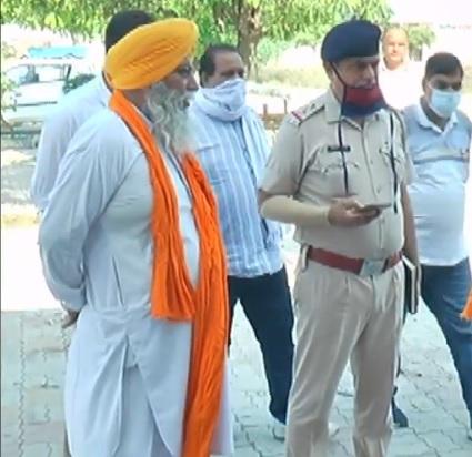 रूबल की गिरफ्तारी के बार गुरुद्वारा साहिब में पूछताछ करती पुलिस।
